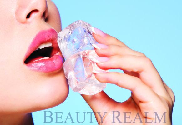 Chườm đá lạnh tránh phun môi bị sưng